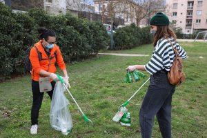 Jeunes participant à la cleanwalk organisée dans le cadre du chantier Jeune Libre et Optimiste.