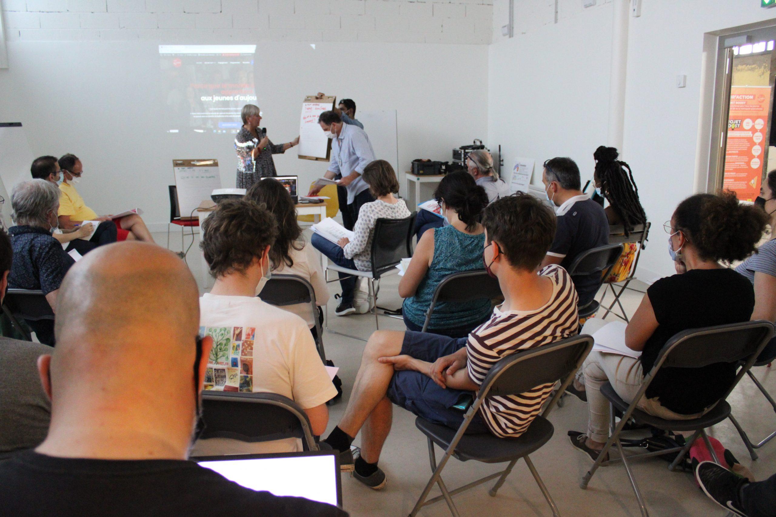 Adhérents de l'association Y-Nove assit pendant que le rapport de l'année est en train d'être exposé.